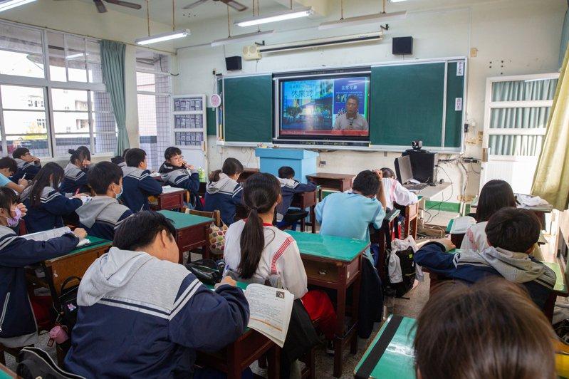 屏東市中正國中今下午舉行休業式,原本在大禮堂集會,改在教室採視訊,並強化防疫宣導觀念,提醒學生外出戴口罩、勤洗手。圖/屏東市中正國中提供