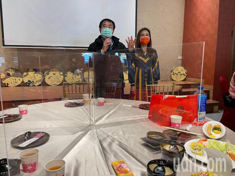 台南市長黃偉哲(左)今天出席觀光旅遊局記者會時,建議餐廳餐桌要設置隔板。記者唐秀麗/攝影
