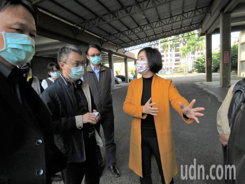 何欣純(中)下午邀請了文化部、台中國家歌劇院和台中市文化局等相關單位共同會勘大里菸葉廠。記者黃寅/攝影