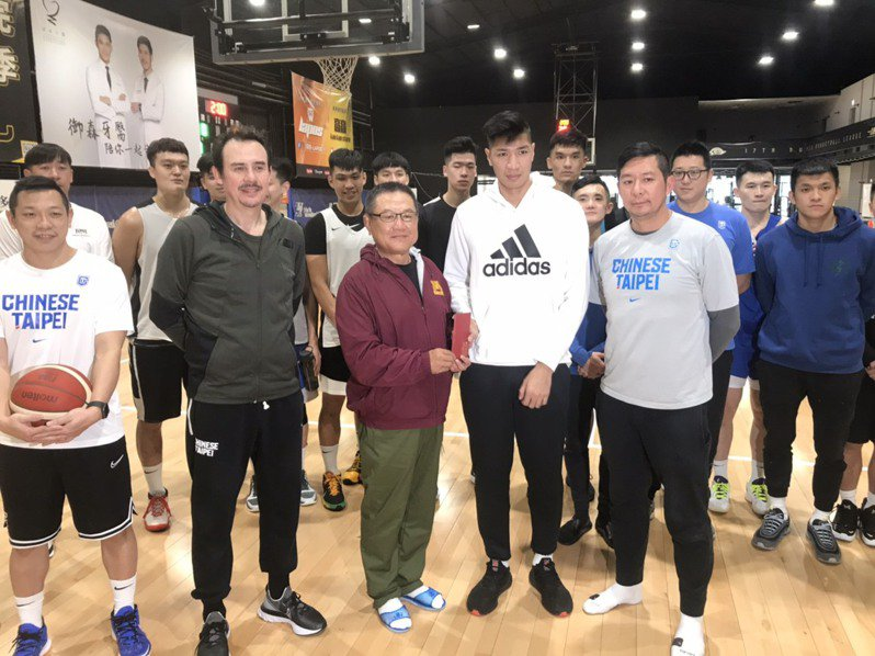 中華籃協副秘書長李雲翔(前排右1)強調兩聯盟並沒有對立。記者劉肇育/攝影