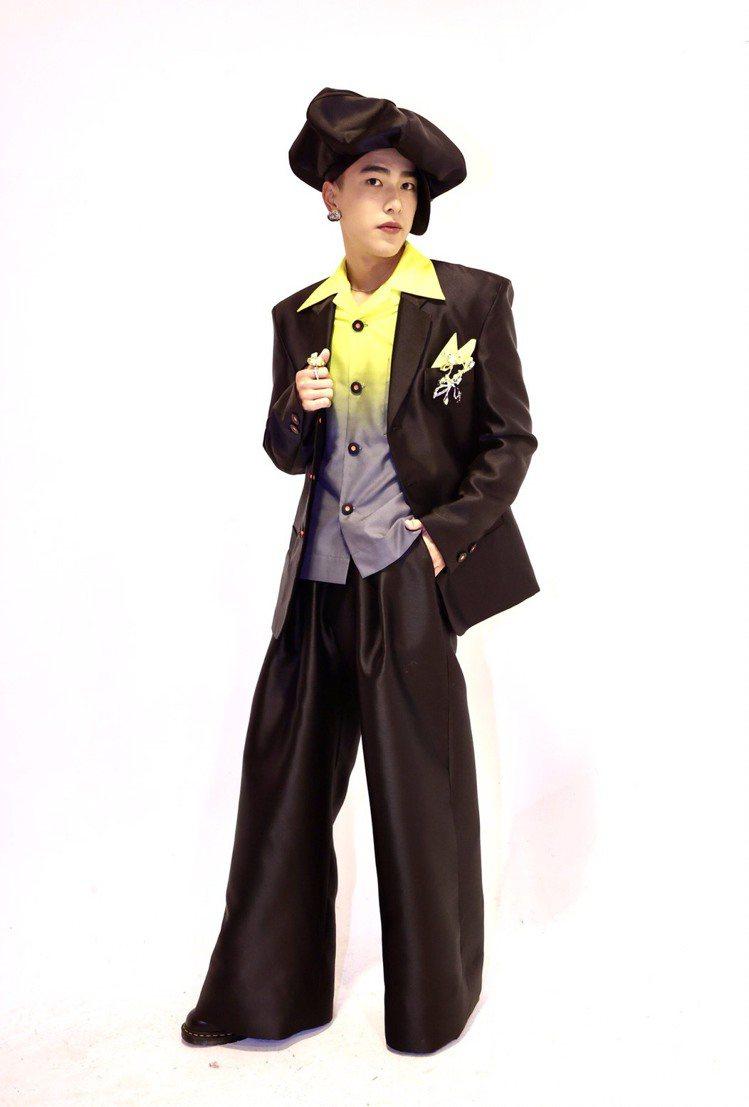 曾敬驊穿上ANGUS CHIANG 2021秋冬新作的超大報童帽與寬版剪裁服裝。...