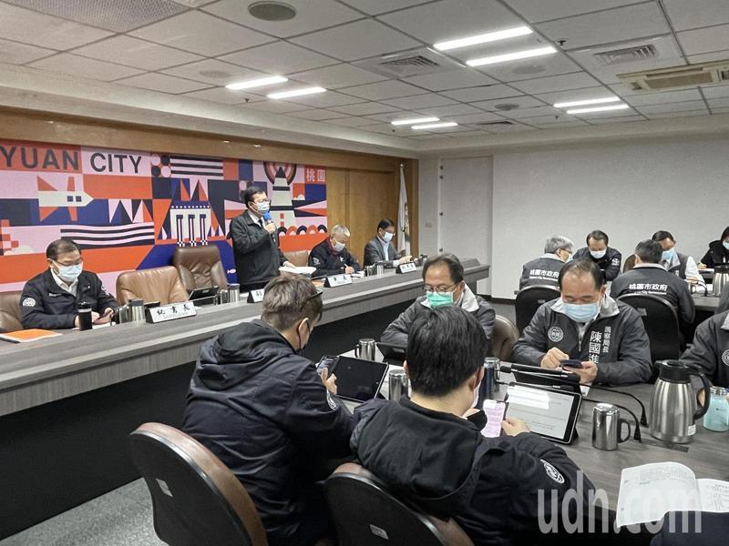 桃園市長鄭文燦今天主持市政會議說明疫情。記者張裕珍/攝影