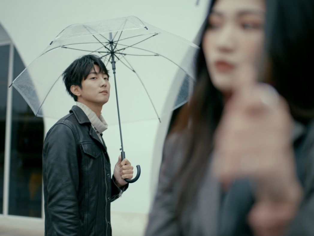 許書豪(左)新婚半年,在新歌「Start it !」MV上演獵艷女模。圖/玩轉音...