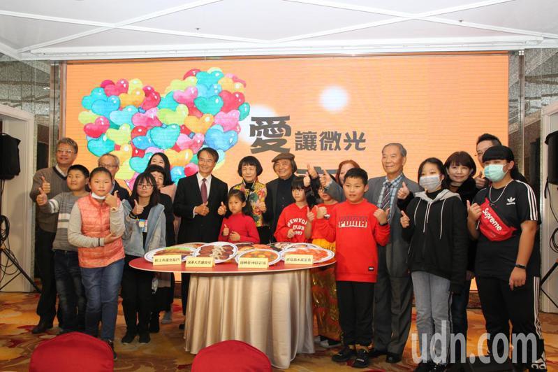 連續多年請弱勢小朋友吃漢堡而被稱做「麥當勞叔叔」的賴建川,今晚提前宴請台灣陽光婦女協會的弱勢家庭兒童和其家人吃年夜飯。記者黃寅/攝影