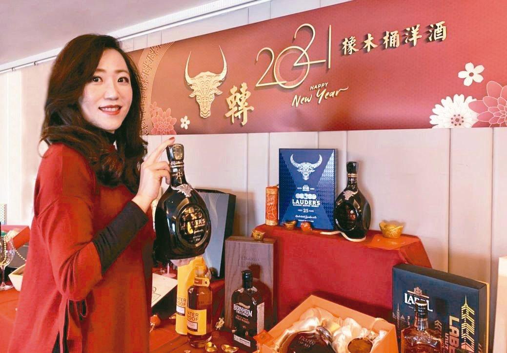 橡木桶洋酒總經理袁德珮看好春節商機,發表特色酒款禮盒。橡木桶洋酒/提供