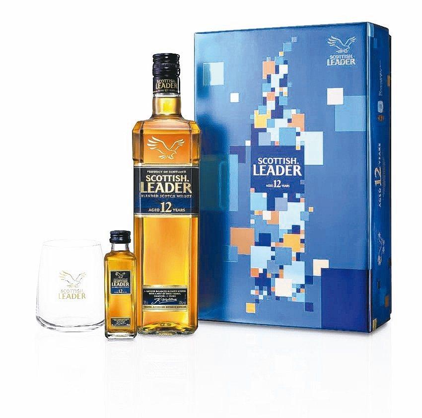 「仕高利達12年蘇格蘭威士忌」禮盒,精挑「寶光藍」風格襯托沉穩的琥珀色澤,凸顯絕...