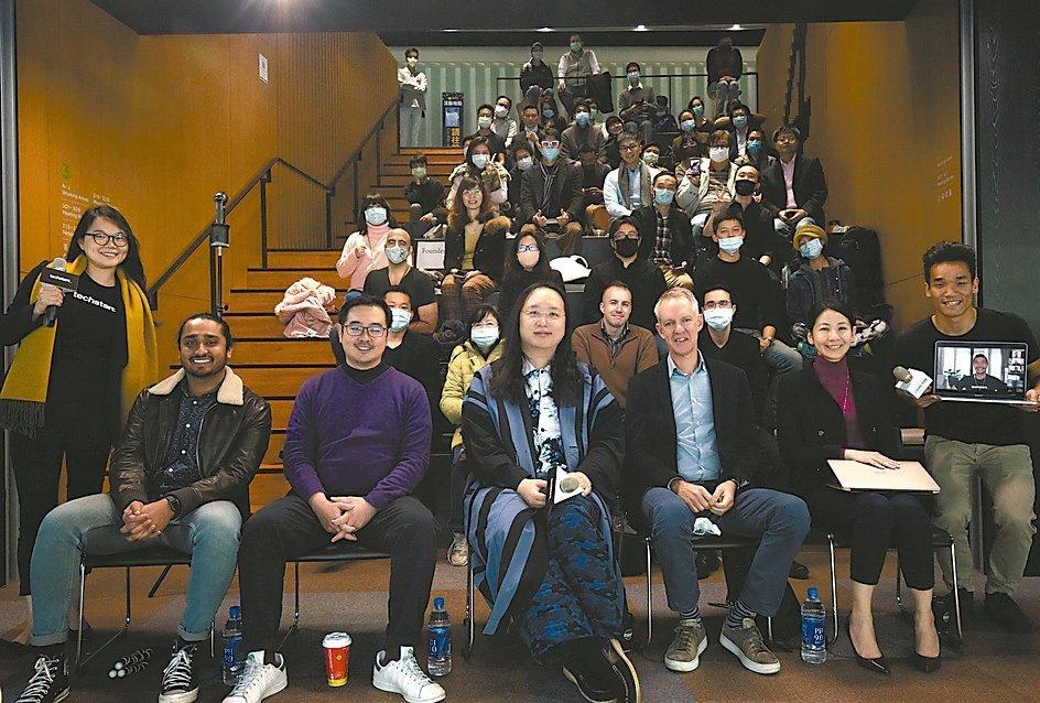 Techstars在台推動新創生態圈,政務委員唐鳳(前排中)與出席活動人士合影。...