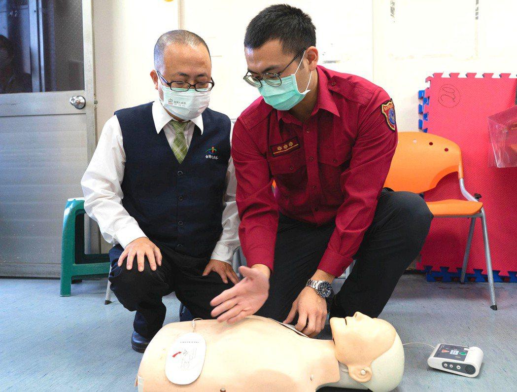 台灣大車隊司機悉心熟記CPR及AED操作口訣,並在專業指導下實際演練操作。 圖/...