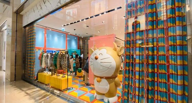 店內還有變身金色、長了金牛角和牛尾巴的Doraemon大型公仔。記者吳曉涵/攝影