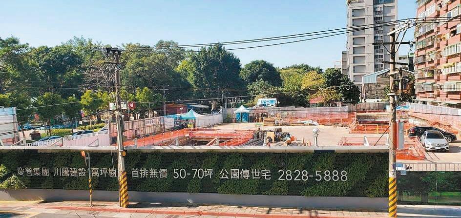「川騰仰士林」戶戶正對萬坪前港公園。張瑞文/攝影