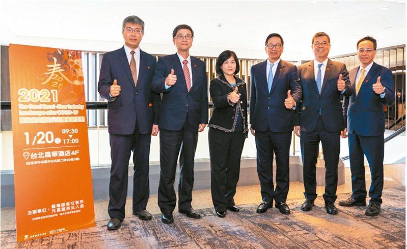 證交所副總經理陳麗卿(左三)、元富證券總經理李明輝(右三)共同主辦今年首場臺灣投資說明會。證交所/提供