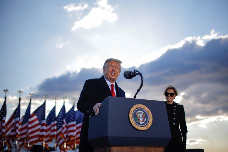 美國總統川普20日在安德魯基地舉行的告別典禮上發表談話。路透