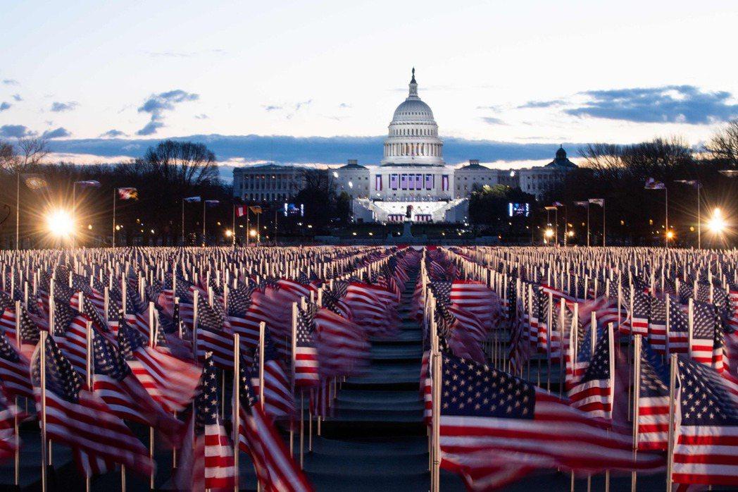 拜登就職典禮會場插滿美國國旗,象徵因疫情無法到場的美國民眾。(法新社)