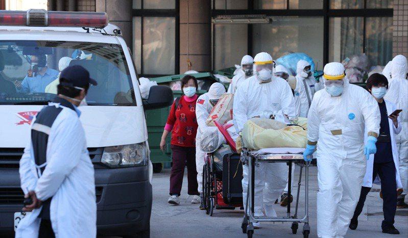 衛福部桃園醫院群聚感染擴大,醫院昨執行清空作業,住院病患在重重防護下後送至其他醫院。記者潘俊宏/攝影