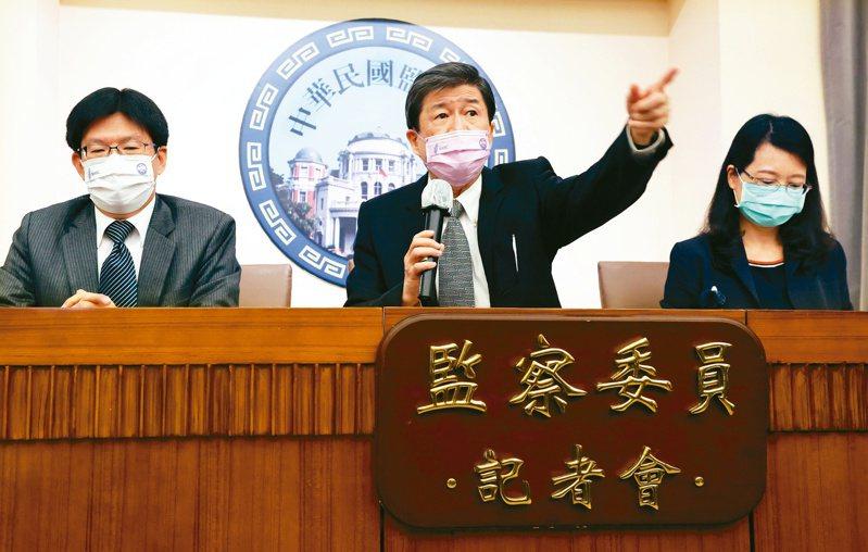監委蔡崇義(中)、高涌誠(左)、王美玉(右)昨天召開記者會,批評法務部調查局針對「石木欽案」的行政調查報告錯漏百出。記者曾學仁/攝影