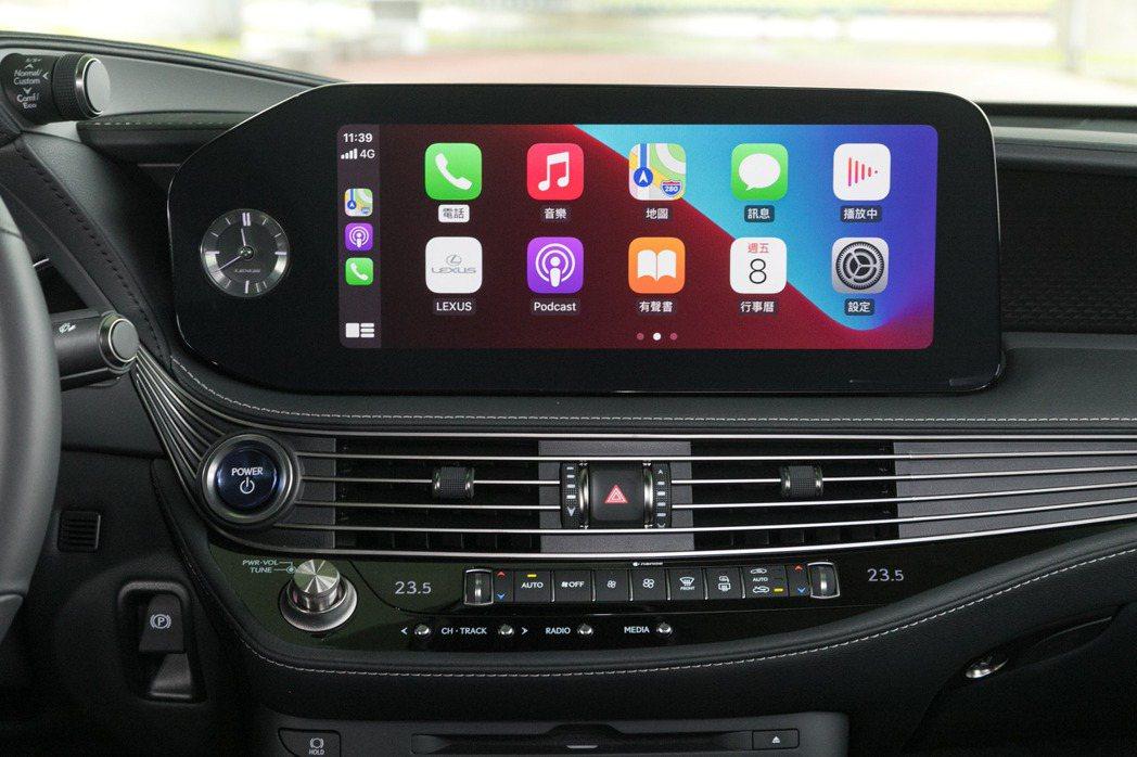 中央12.3吋螢幕升級觸控式功能,同時也新增Apple CarPlay及Andr...