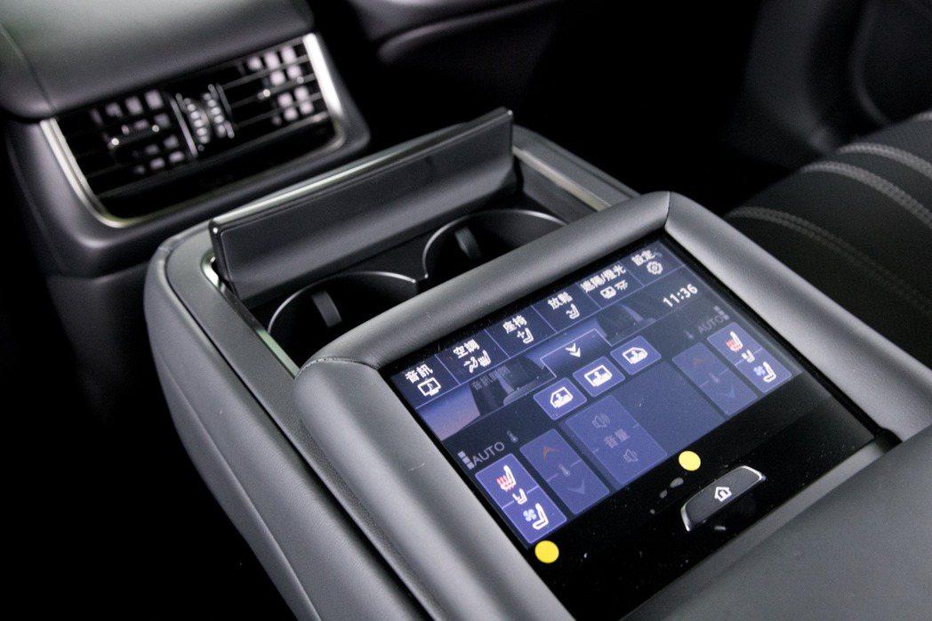 後座中央扶手設置全彩觸控式面板。 記者陳立凱/攝影