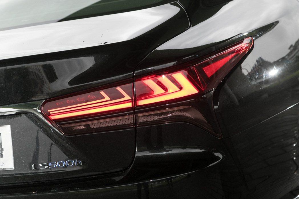 車尾燈則改成黑色鍍鉻飾條妝點,帶點漸層L-sharped LED尾燈也增加整體識...