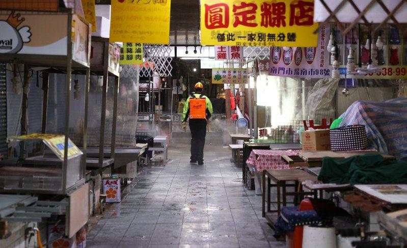 市政府派清潔大隊在南門市場進行徹底消毒。本報系資料照/記者侯永全攝影