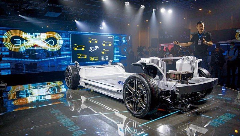 海近期在科技日上展示汽車實力,和裕隆旗下的華創合資成立鴻華,讓他們快速擁有整車設計能力,也多了未來切入蘋果車代工的想像空間。圖/商業周刊郭涵羚