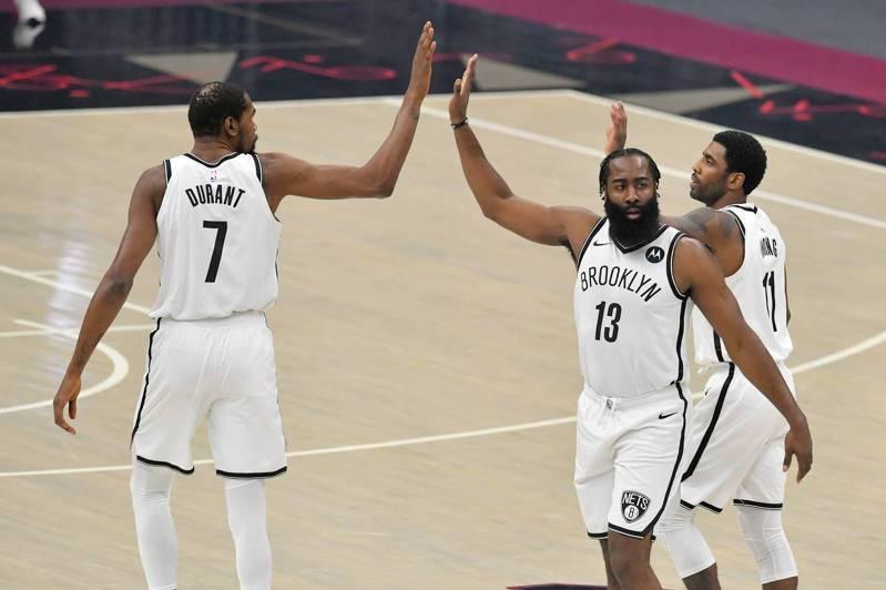 對於籃網3巨頭首次亮相踢鐵板,厄文(右)賽後也表示以平常心看待。 法新社
