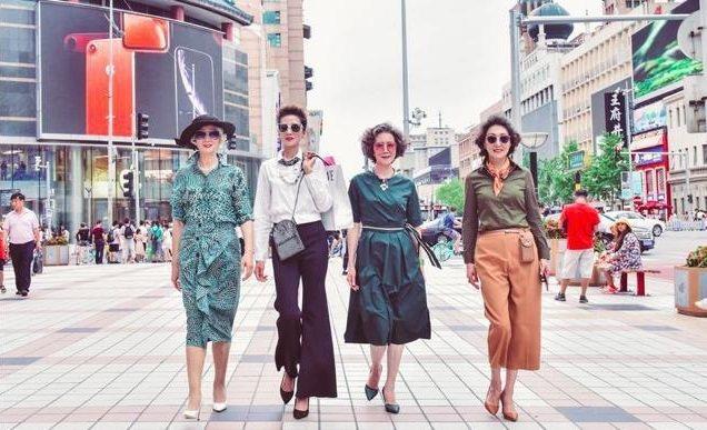 短短15秒的影音裡,伴隨著中國風歌曲,4個身材高挑的女士,在王府井街頭緩緩走向鏡...