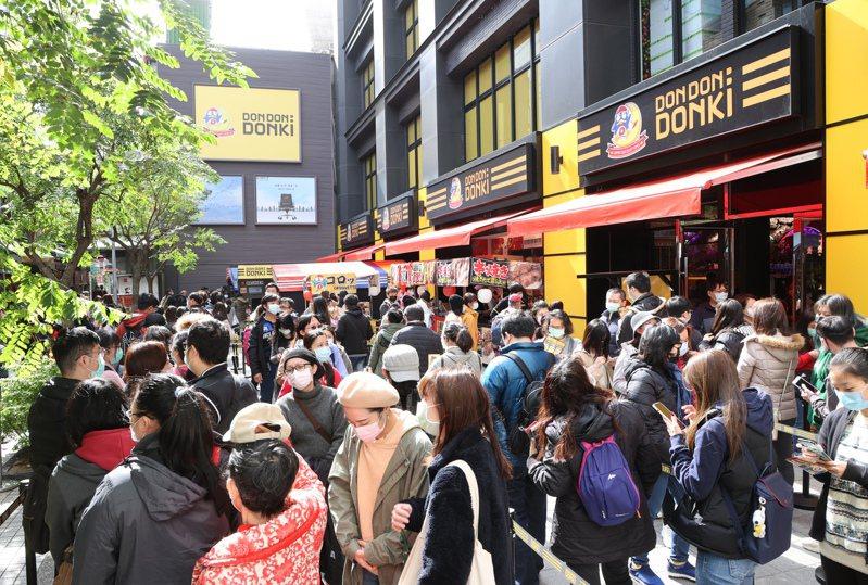 日本百貨唐吉軻德「DON DON DONKI」於西門町開設台灣首家分店,吸引大批民眾排隊,平均要3-4小時才能入場。記者蘇健忠/攝影