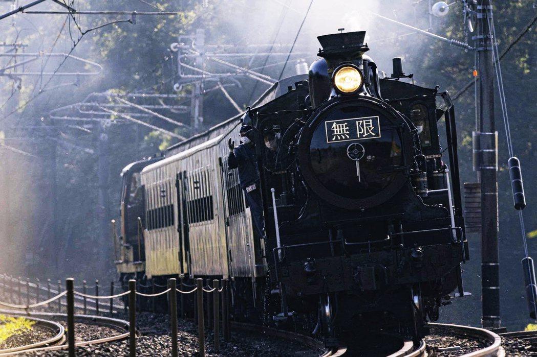 日本JR九州與《鬼滅之刃》聯名企劃的實體版「無限列車」。「火車」作為故事劇情中的...