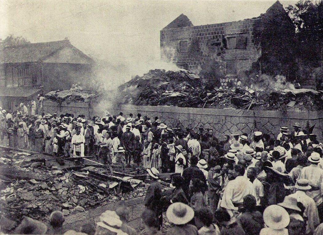 圖為1918年(大正7年)的米騷動,岡山精米所被市民圍攻襲擊。事件從大米價格飆漲...