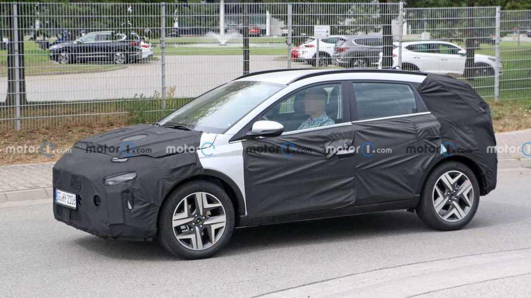 全新Hyundai Bayon偽裝測試車。 摘自Motor 1