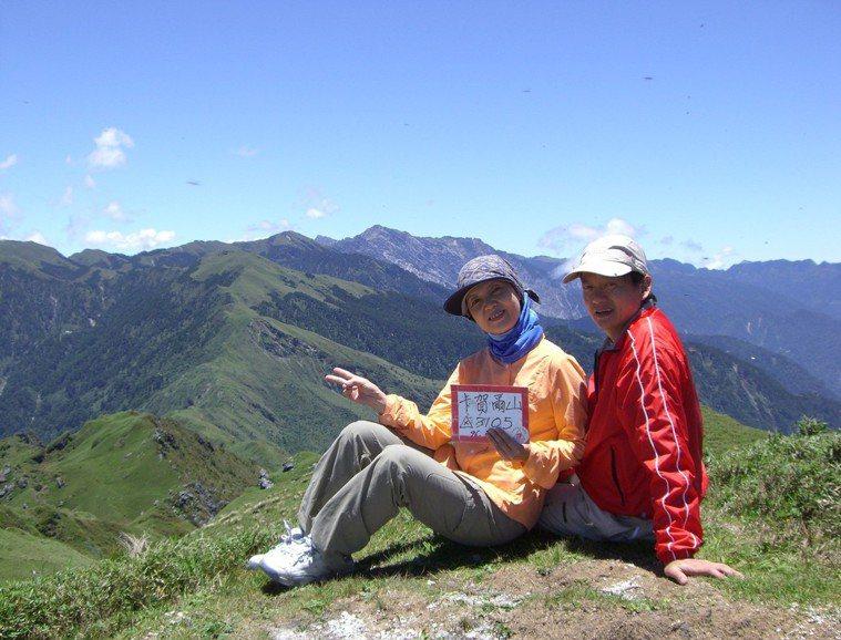 葉金川夫妻攻頂美麗的中央山脈卡賀爾山。 圖檔來源:葉金川提供