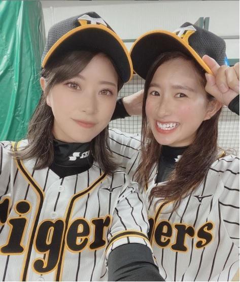 高塚南海(左)與隊友一同身穿阪神虎球衣合照。 取自高塚南海IG