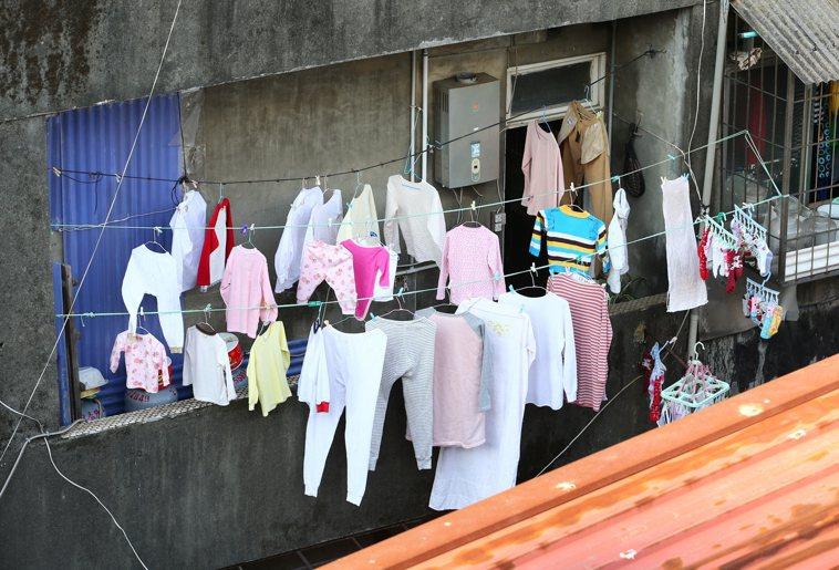 在除夕夜洗衣服、曬衣服是一大禁忌,據說鬼神會纏身在曬衣服的衣桿上。圖/聯合報系資...