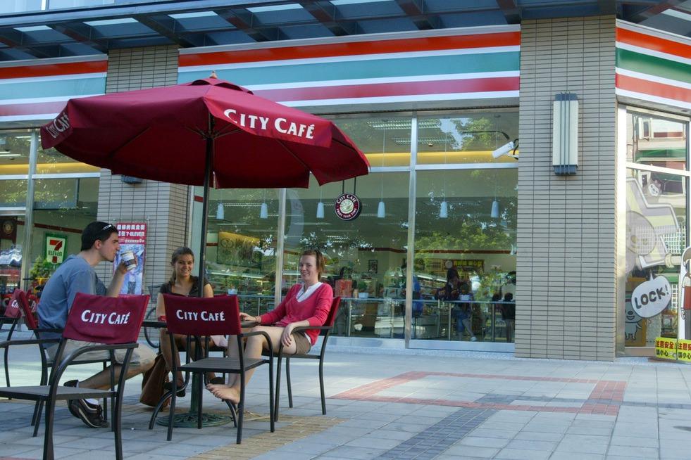 加強防疫!7-11、萊爾富宣布暫停開放桃園各門市座位區 全家便利商店加強清潔