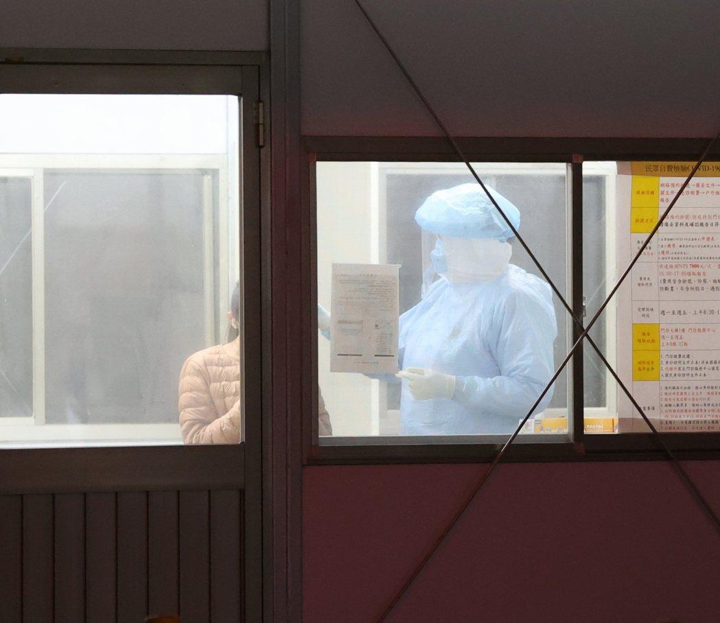 桃園醫院19日持續進行清空作業,被召回採檢的相關人員只剩少數。記者林澔一/攝影