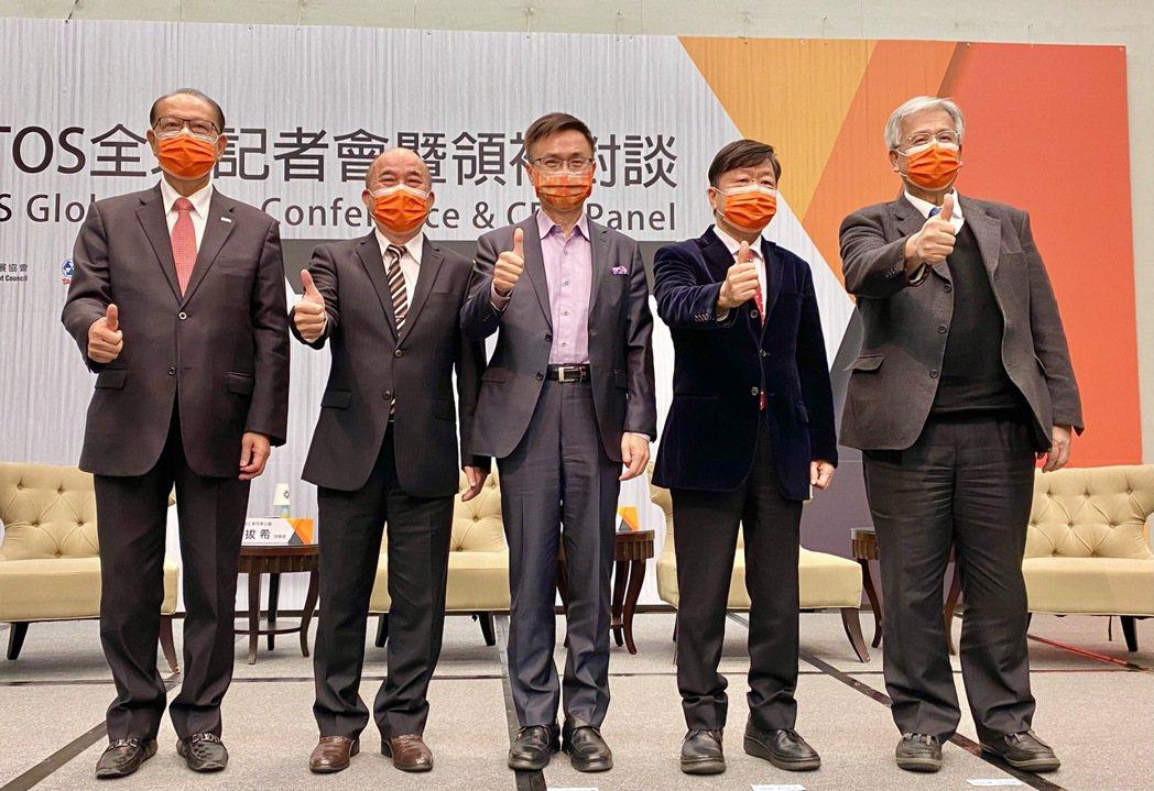 貿協舉辦台北國際工具機展領袖對談,出席者有上銀集團總裁卓永財(左起)、台灣機械公...