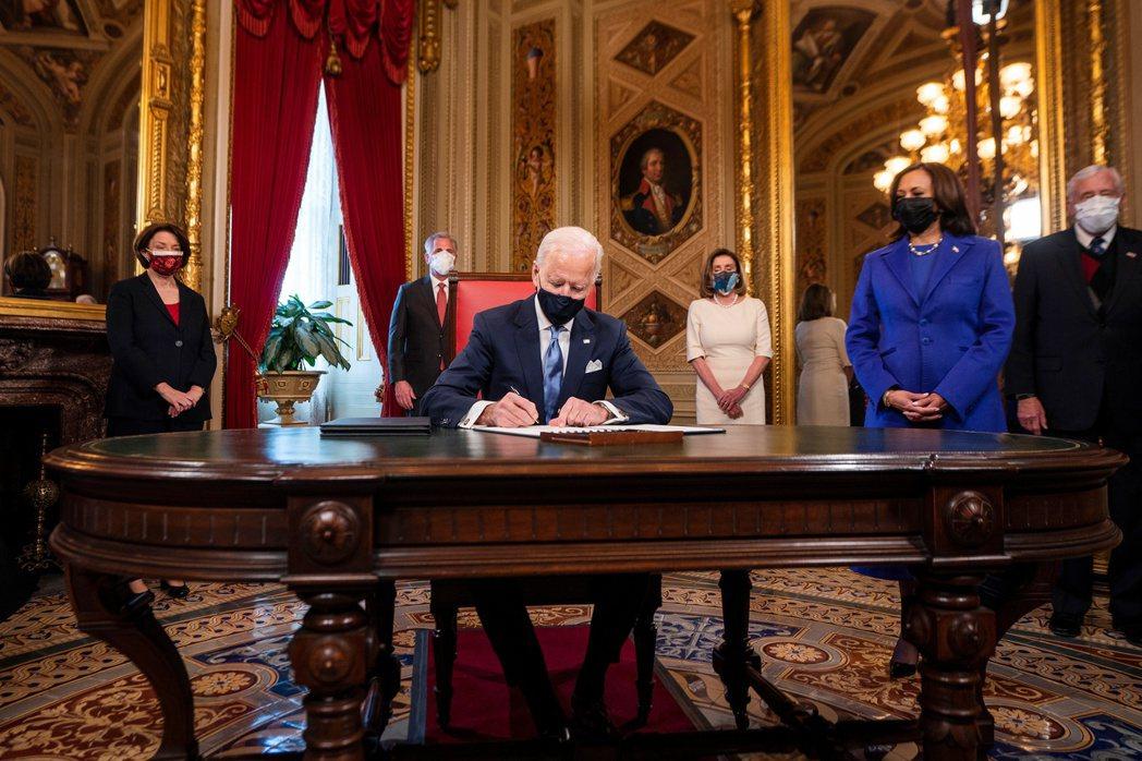 美國第46任總統當選人拜登(中)。 路透