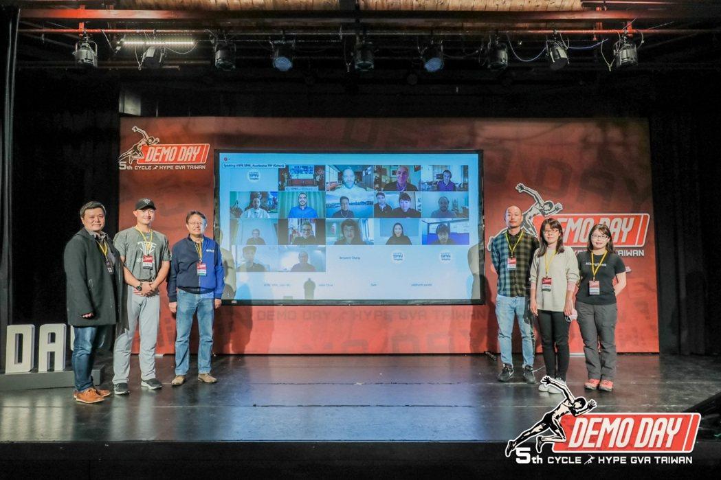 體育署組長許秀玲(右二)、交大產業加速器中心主任黃經堯(左三)與第五期培訓團隊及...