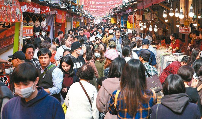 依往年經驗,農曆春節前由於採買年貨、送禮及尾牙飲宴等年節前活動頻繁,導致台北市普遍有車流量上升及路側臨停行為頻繁之現象。報系資料照