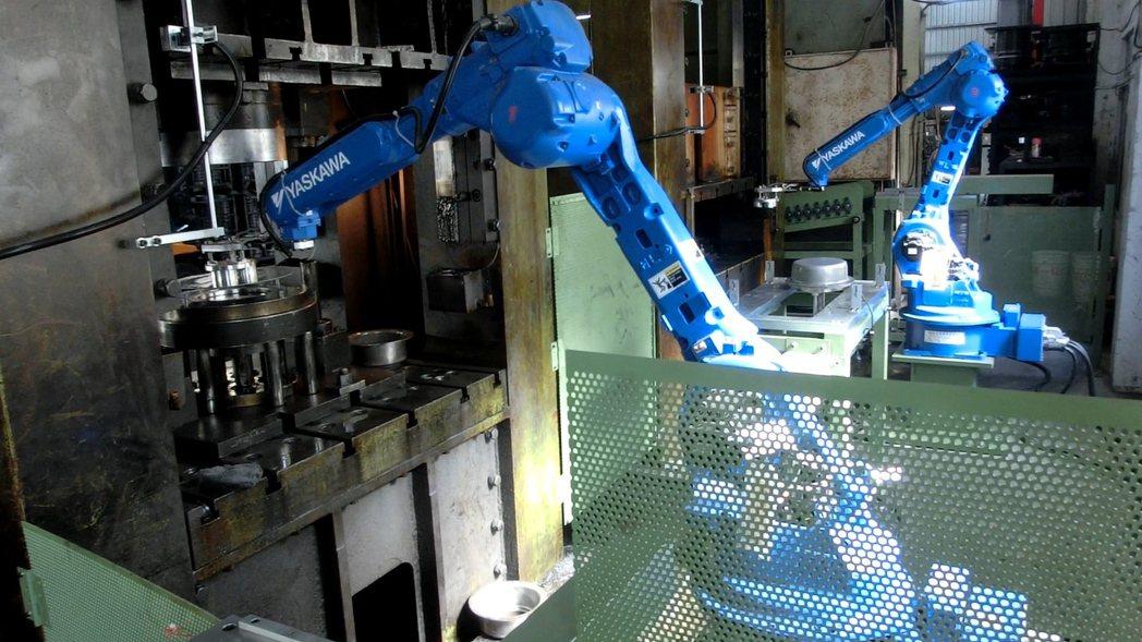 菘發機械以機械手臂取代人力進行沖床取放作業,減少作業時人員受傷的風險。 菘發機械...