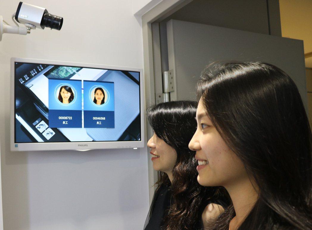 金儀結合出勤的『人臉辨識系統』,可提升門禁管理的效率,更能降低非必要的接觸。 金...