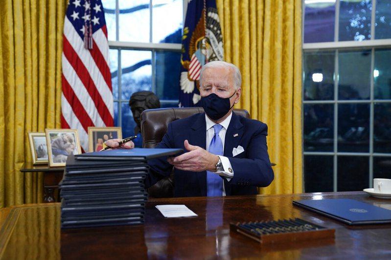 美國總統當選人拜登今天正式宣誓就職,隨即連簽17項行政命令逆轉川普政策,包含停止退出世界衛生組織(WHO)程序、重返巴黎氣候協定等,並要求民眾未來100天戴上口罩。美聯社