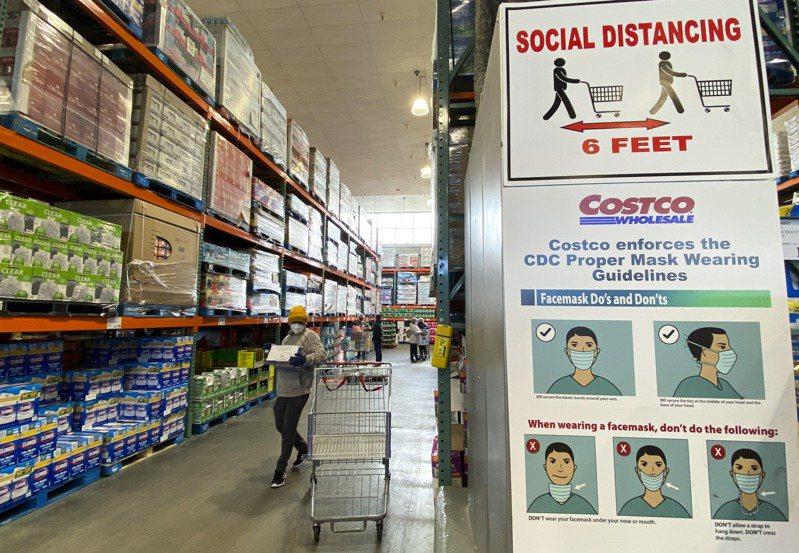 根據約翰霍普金斯大學的統計數據,美國疫情病亡人數總計突破40萬人。圖為美國民眾購物。 新華社