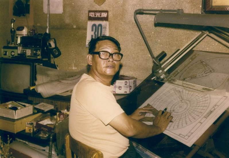 陳仁和生涯晚期繪製鳳山農會肉品市場時的工作照。(圖/國立臺灣博物館提供)