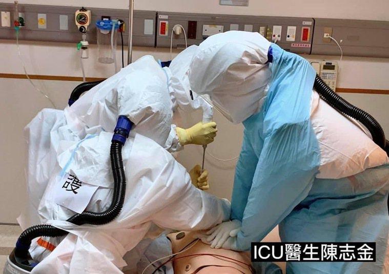 醫護團隊共7個人才能完成插管急救的工作。圖/取自陳志金臉書