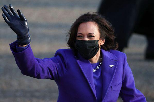 賀錦麗身穿紫色大衣搭配珍珠項鍊。法新社