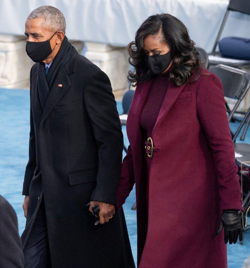 蜜雪兒(圖右)也穿上紫紅色外套、高領毛衣和高腰寬褲。路透