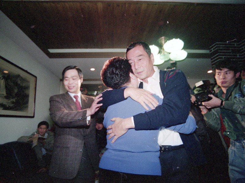 因江南案入獄的陳啟禮假釋出獄,圖為陳啟禮(右)與母親擁抱的畫面。圖/聯合報系資料照片