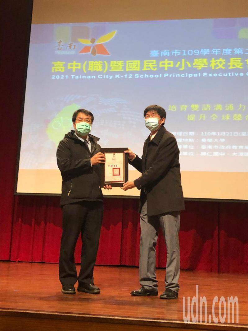 台南餐廳設隔板有業者認難做到 ,黃偉哲(左)表示,該稽查的就稽查。記者周宗禎/攝影
