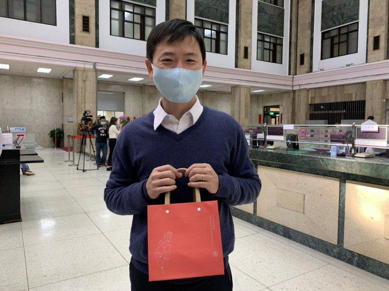 民眾表示央行特別準備的紅色提袋,增加生肖套幣贈禮質感。圖/仝澤蓉攝影
